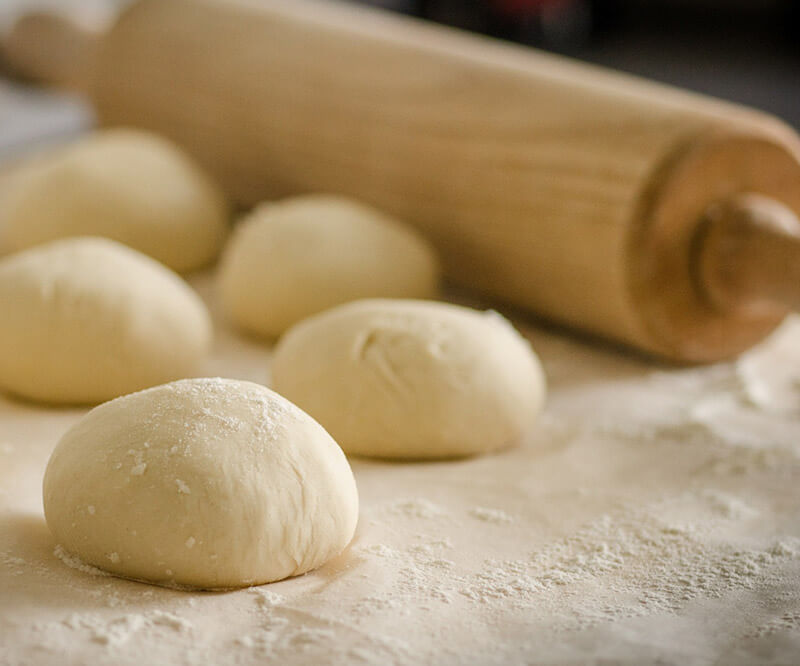 Préparation des boules de pate à pizza