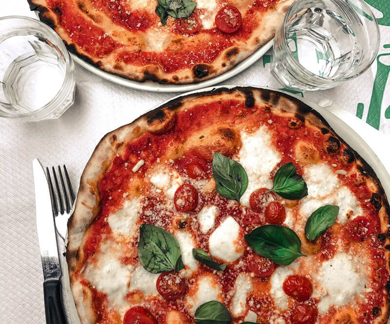 Pizza base tomates mozzarella basilic et parmesan